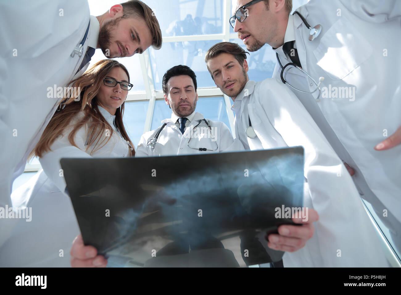 I colleghi medici guardare la x-ray del paziente Immagini Stock