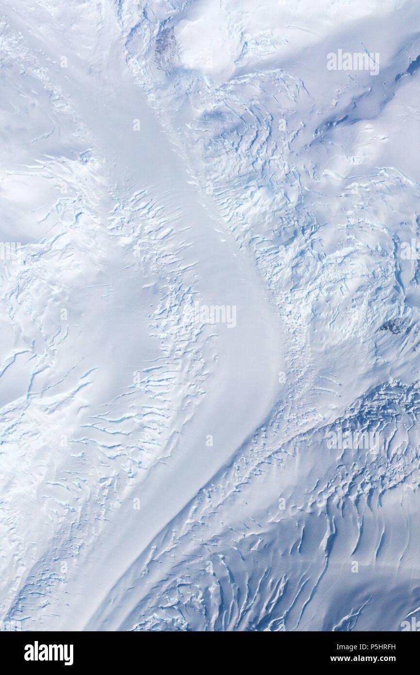 Vista aerea di un ghiacciaio della valle, Antartide Immagini Stock