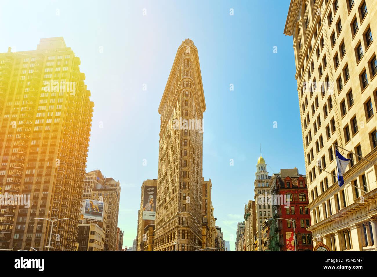 New York, Stati Uniti d'America - 14 Agosto 2017 : Flatiron Building sulla Quinta Avenue vicino Madison Square Park. Vedute urbane di New York. Street, cittadini e turisti su di esso. Foto Stock