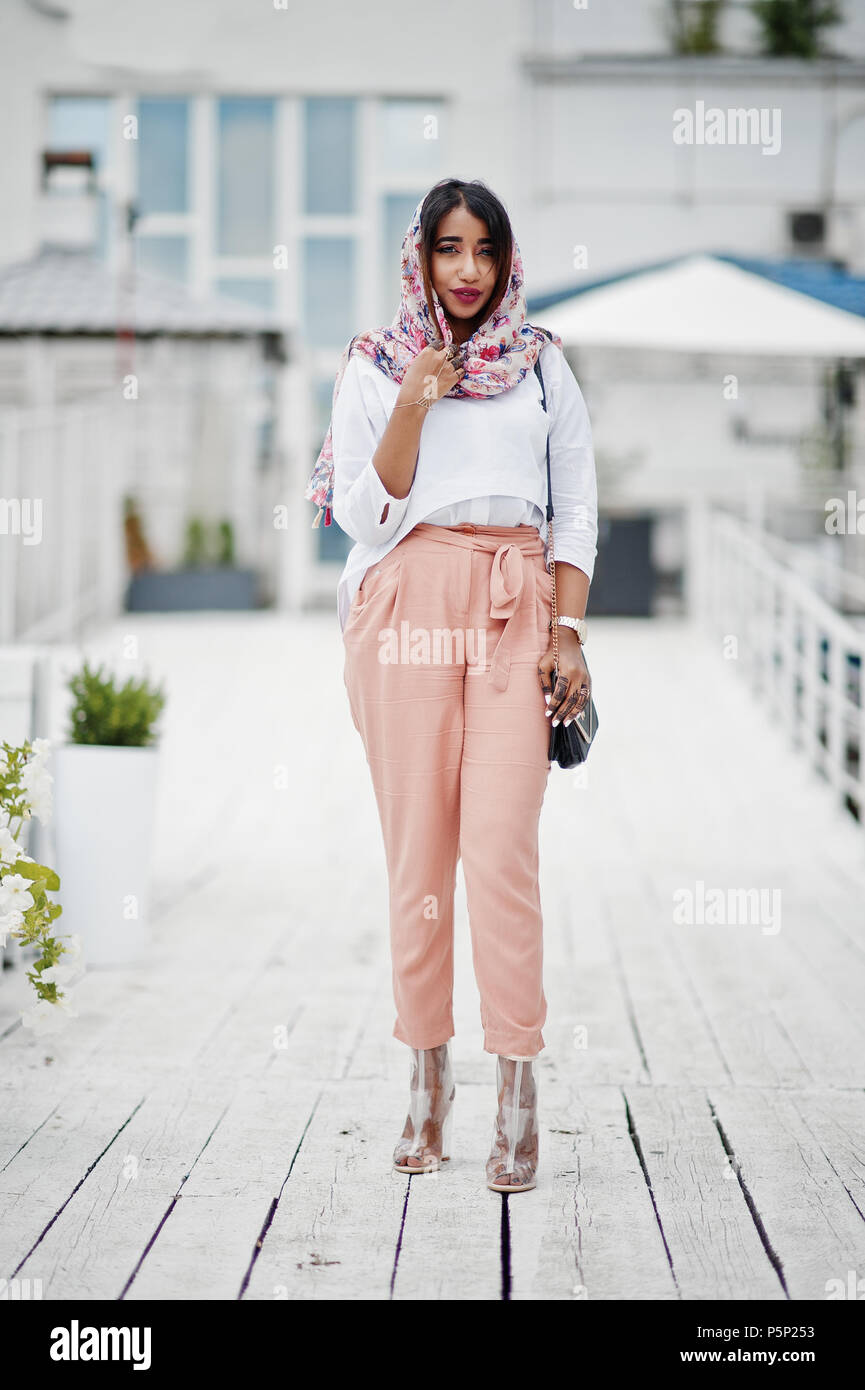 finest selection 6e3cf 11e41 Moda ragazza araba in camicia bianca e pantaloni di pesche ...