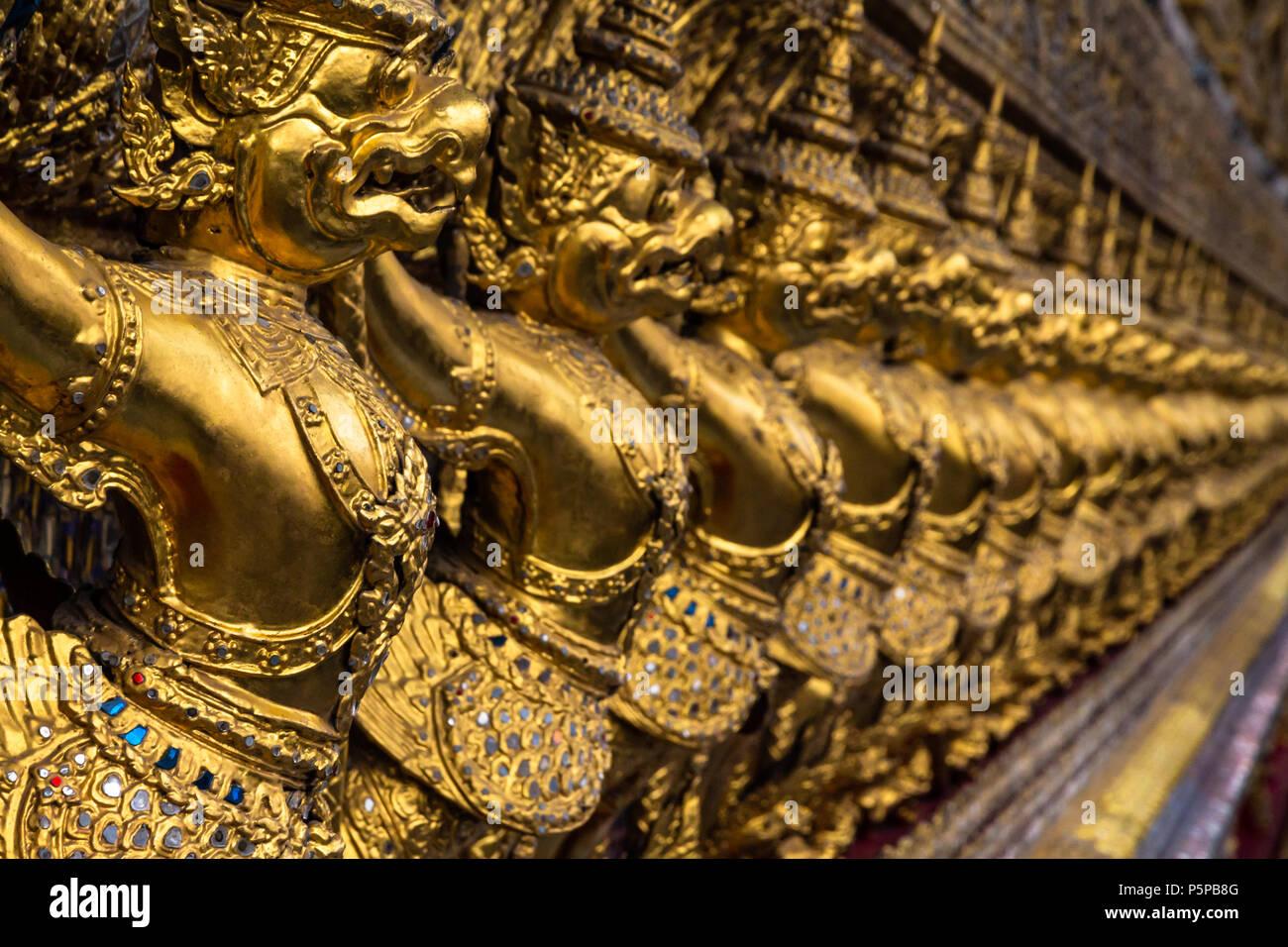 Fila di golden Garuda figure dalla mitologia tailandese, che decorano gli interni di Wat Phra Kaew (il Tempio del Buddha di Smeraldo). Situato al Grand Palace, Immagini Stock