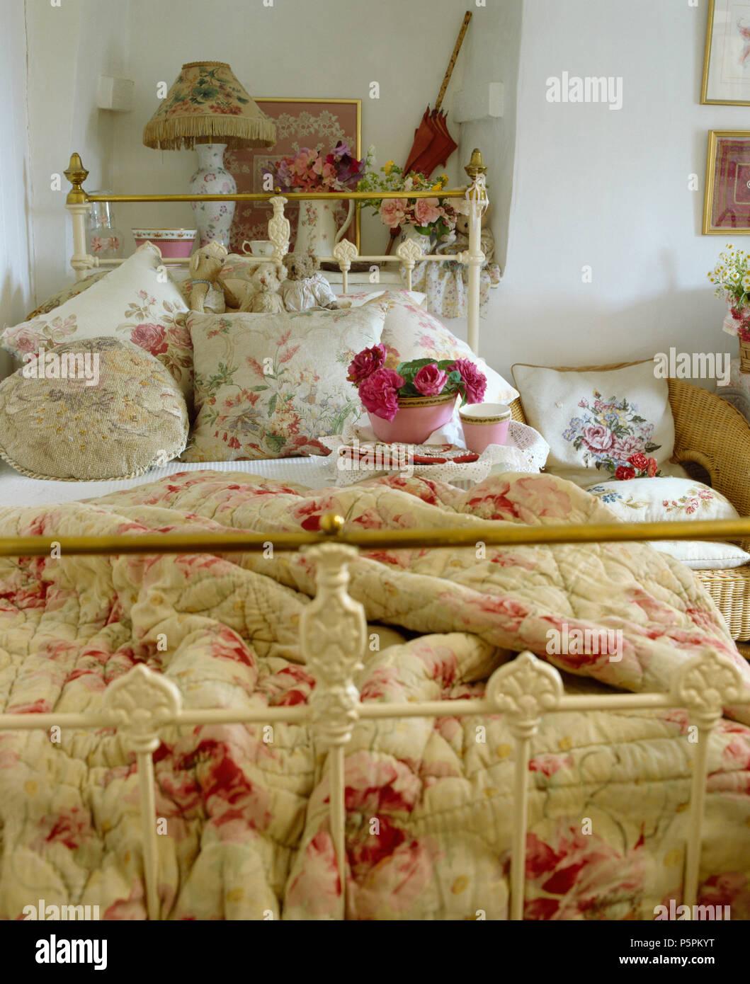 Rosa antico con fantasie di piumone e cuscini floreali su bianco ...