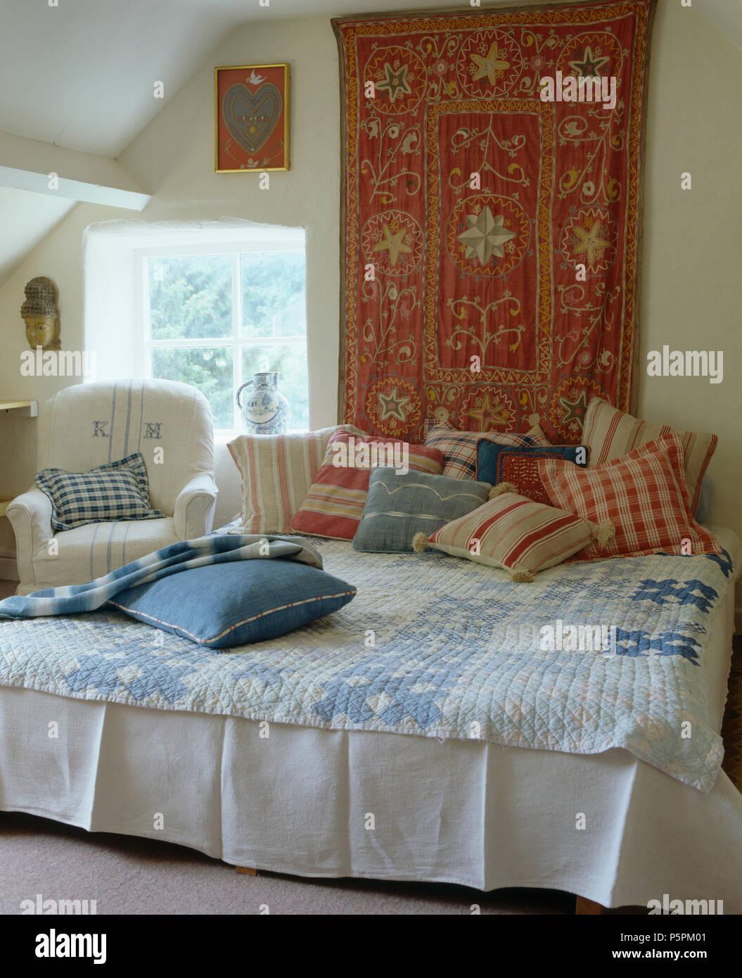 Cottage camera da letto con parete rossa-appeso sopra il letto con ...