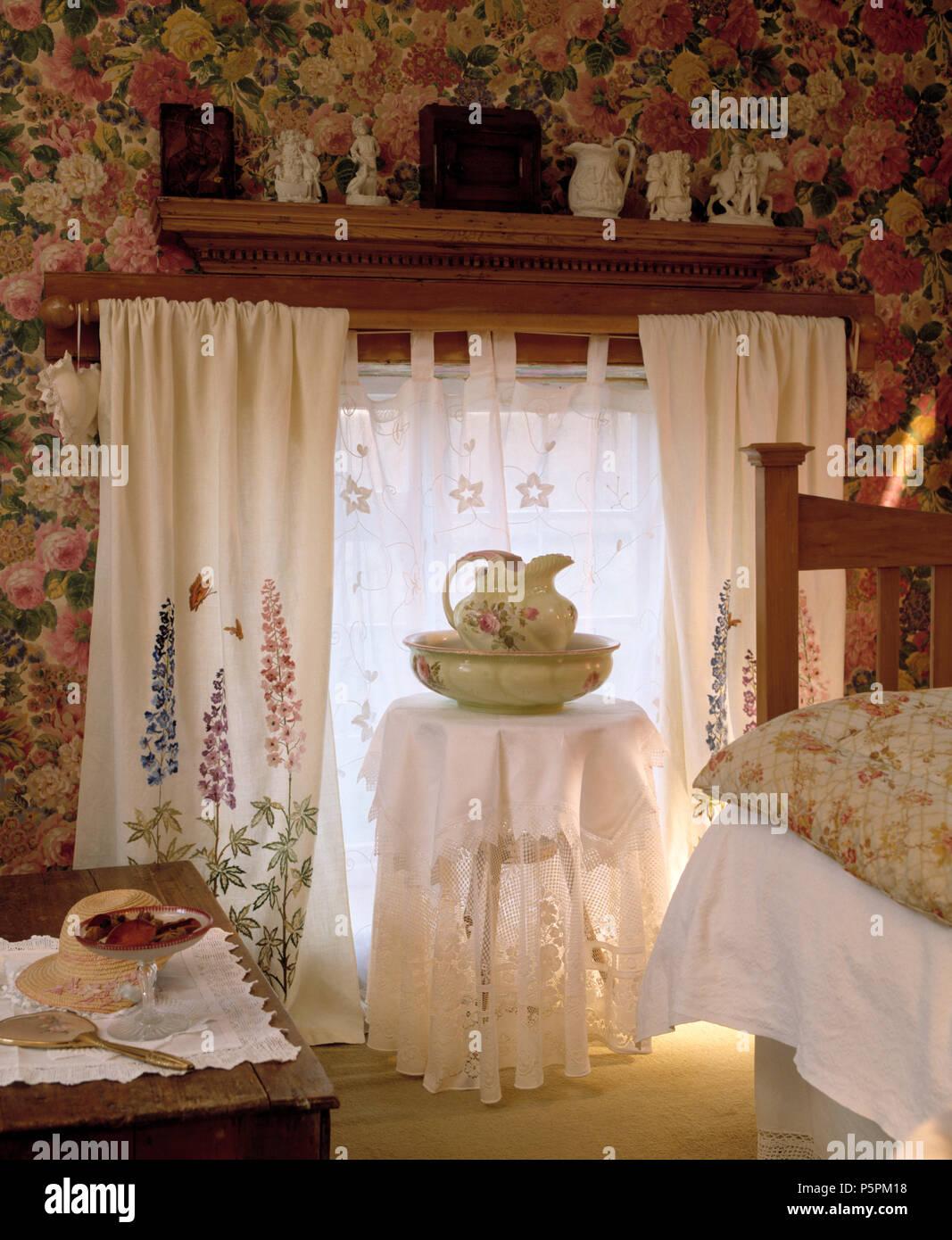 Eembroidered tende bianche sulla finestra in camera da letto ...