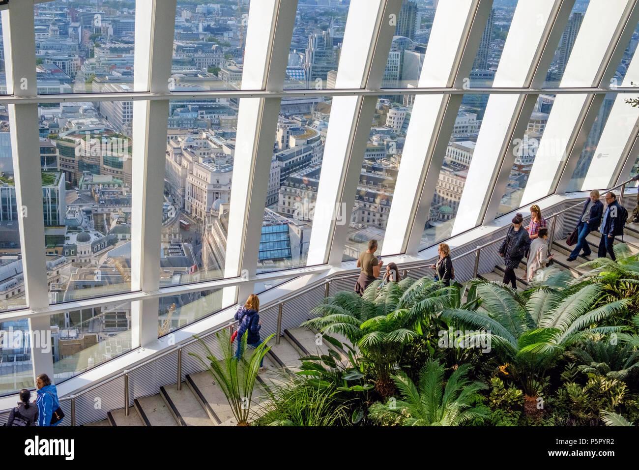 Vista di Londra attraverso le grandi finestre dal Sky Garden, 20 Fenchurch San Londra più alta del giardino pubblico. Noto come il walkie-talkie. Orizzontale. Immagini Stock