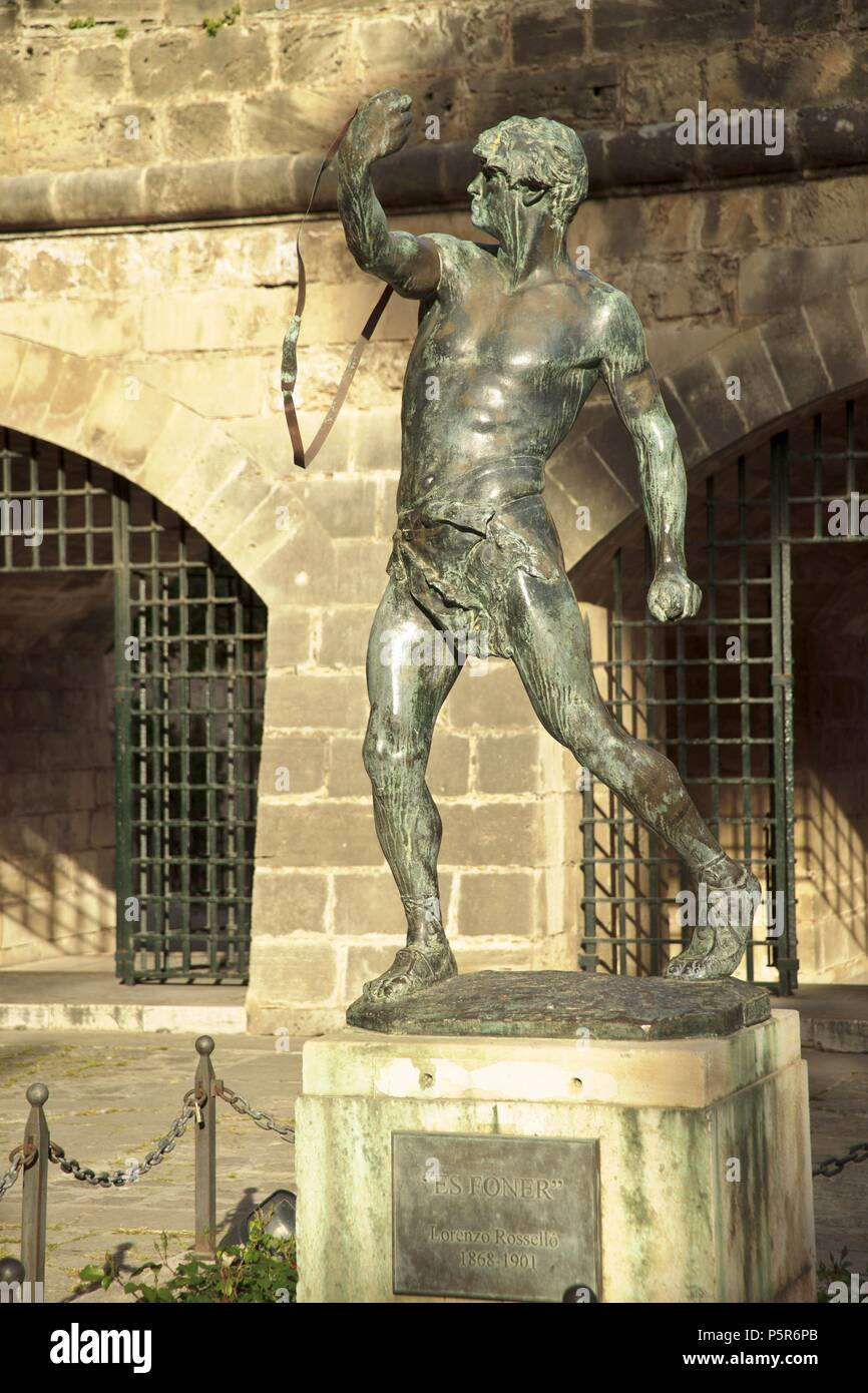 Estatua del hondero, 'Es Foner', Guillem Rosello.Palacio Real de la Almudaina , siglos XIII-XXI. Palma.Mallorca.Islas Baleares. España. Immagini Stock