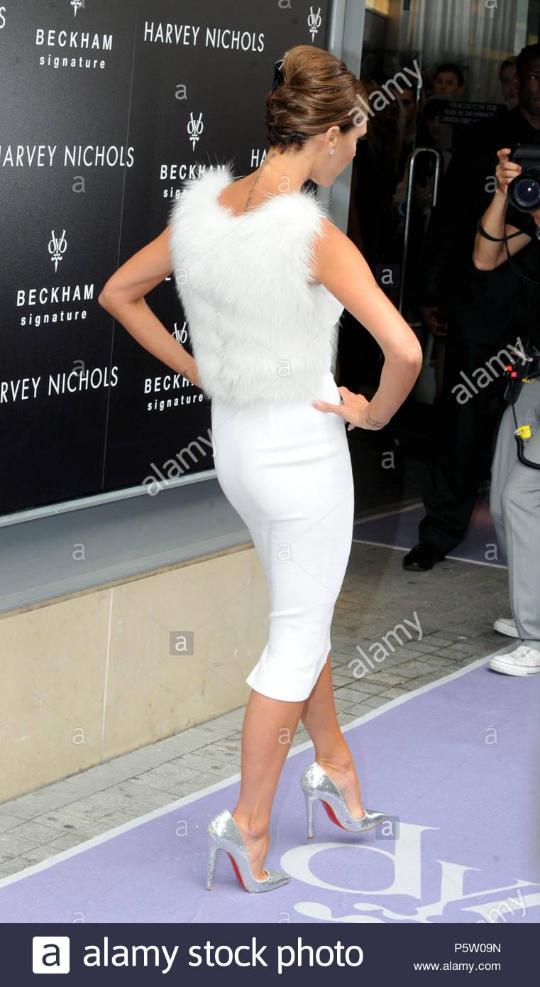 Victoria Beckham aka Posh Spice di Spice Girls in arrivo presso l Harvey  Nichols a Manchester per lanciare la sua nuova gamma di profumo. bce2f079b99