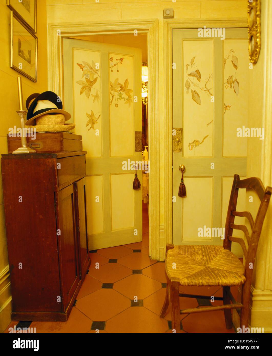 Dipinte a mano e decorazione su doppie porte in tradizionale con ...