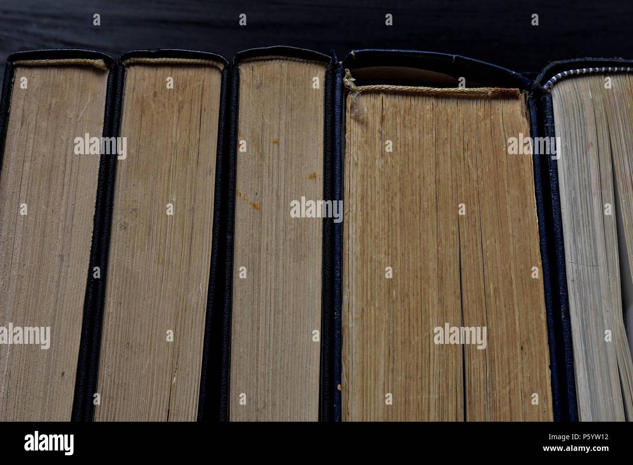 Pila di vecchi libri polverosi visto dall'alto Immagini Stock