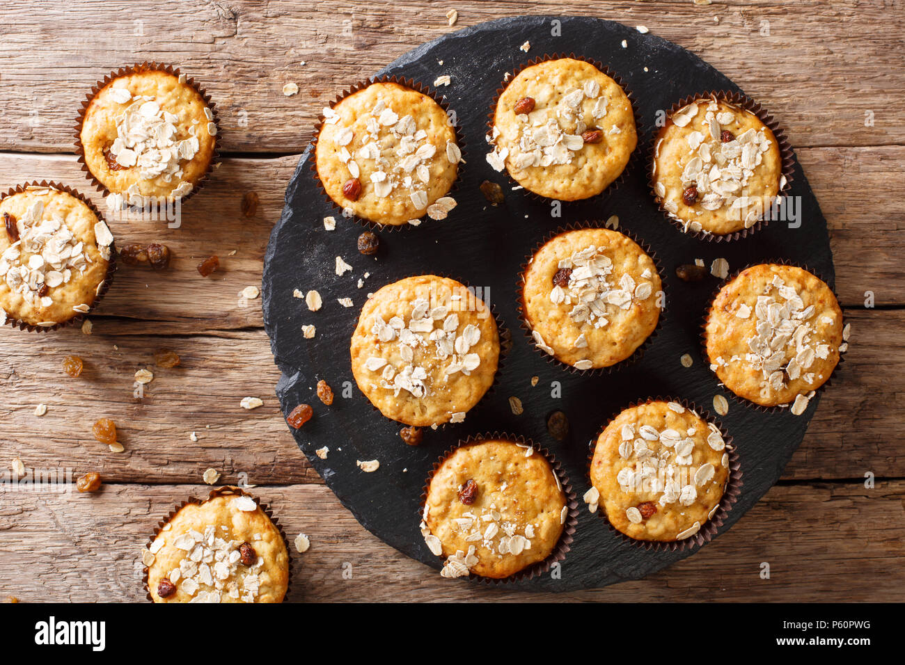 Low-calorie muffin di farina di avena con uvetta e miele vicino sul tavolo. parte superiore orizzontale vista da sopra Immagini Stock