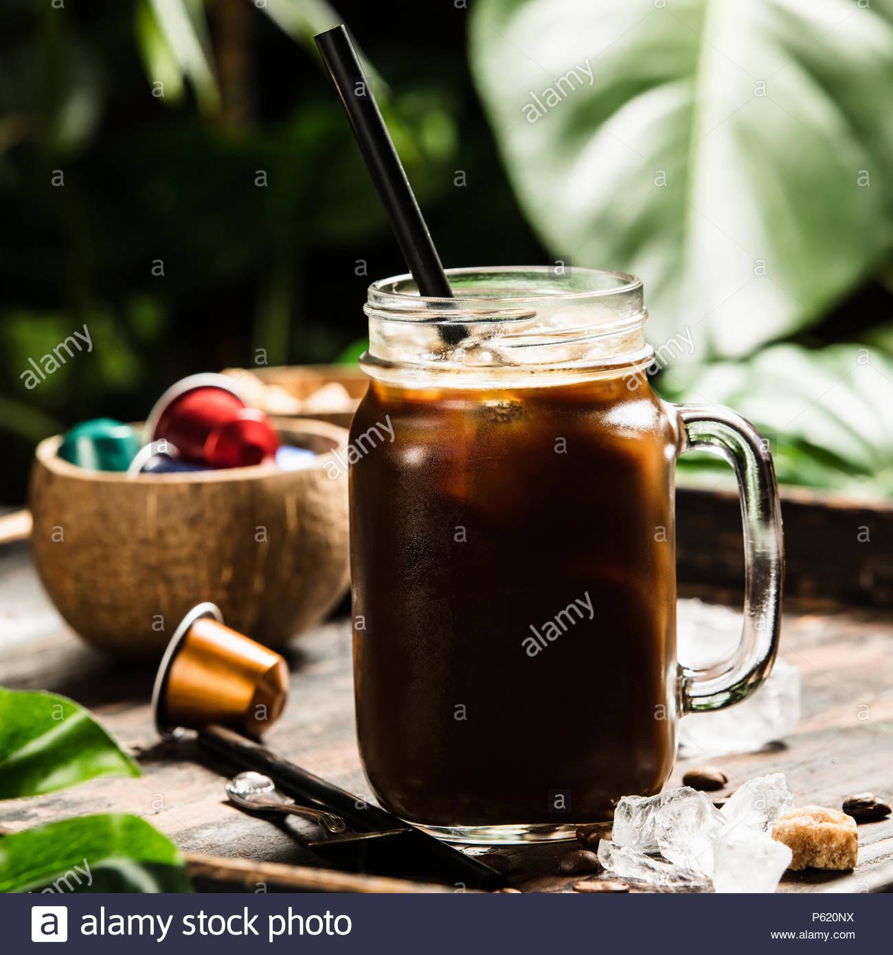 Caffè ghiacciato e sfondo tropicale Immagini Stock