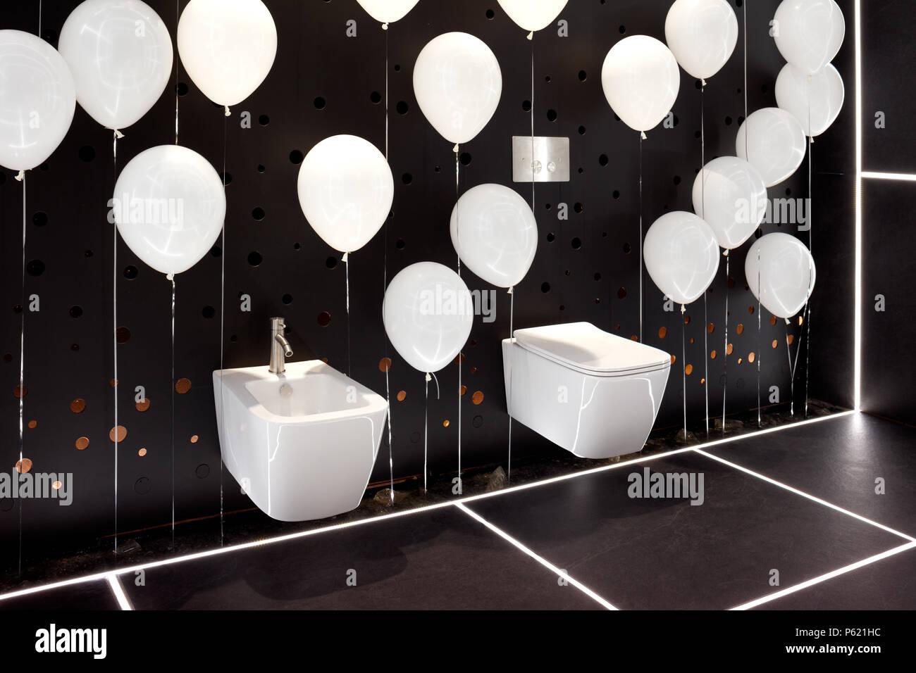 Moderno pendente bianco tazza wc e bidet in interno del bagno di