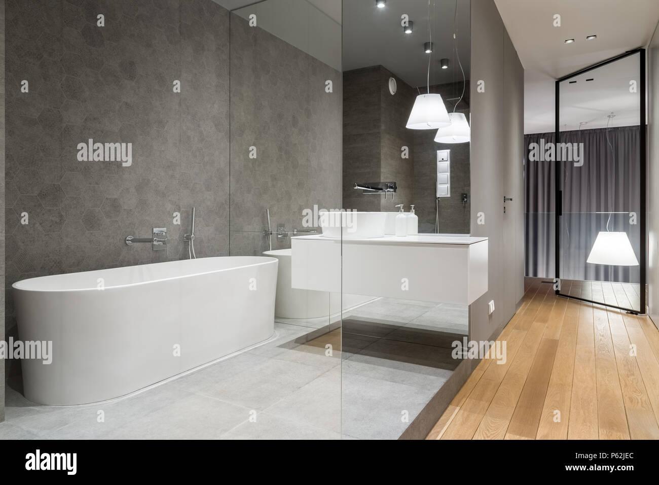 Bagno di lusso con la piastrella esagonale e free standing vasca
