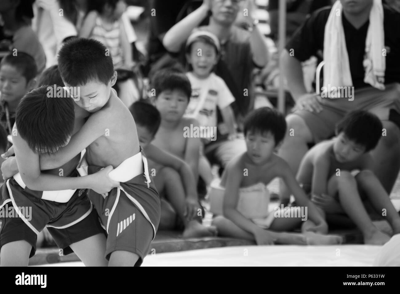 Kyoto, Giappone Agosto 2017: Esterno per bambini torneo di sumo nel Parco Arashiyama Nakanoshima Area. Immagini Stock