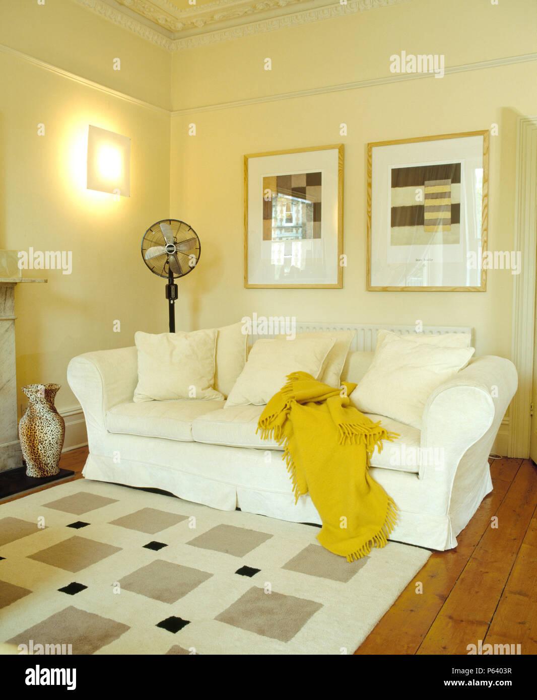 Foto sopra divano bianco con lana di colore giallo buttare nel ...