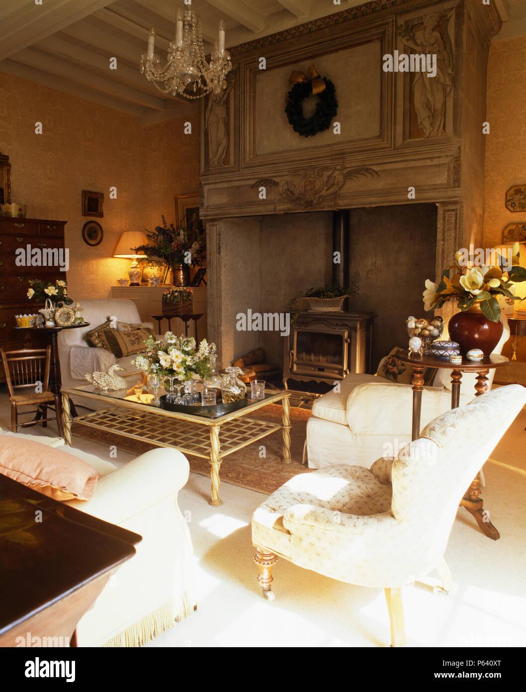La crema poltrona e divani nel paese francese soggiorno con stufa a ...