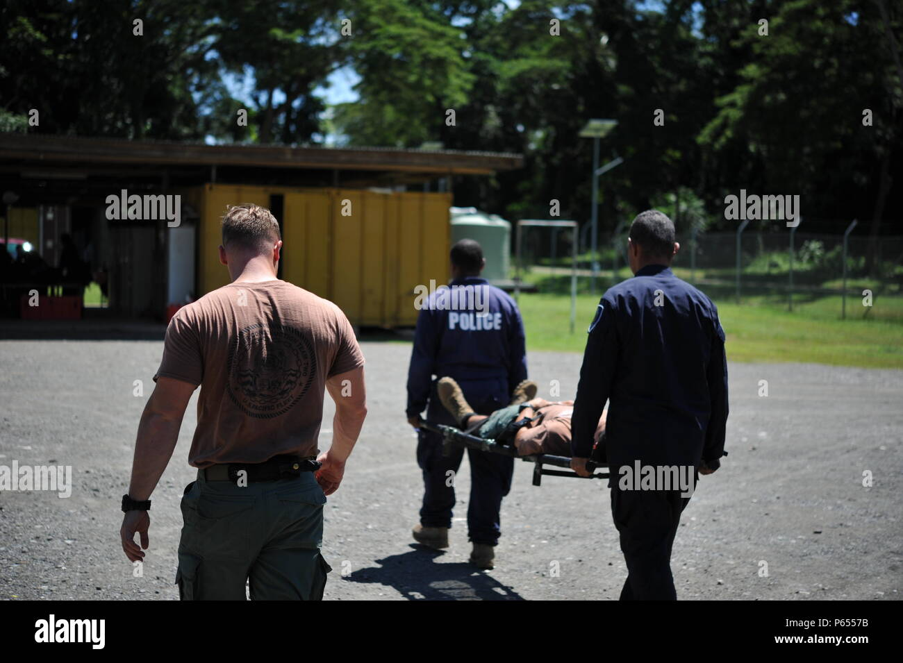 160422-N-N-0820-001 Honiara, Isole Salomone (22 aprile 2016) - Ospedale Corpsman 1a classe James Aldridge, assegnato alla costruzione subacquea Team (UCT) 2, dimostra il corretto supporto di lettiera procedure con Royal Isola Salomone forza di polizia (RSIPF) personale. UCT 2's costruzione Dive distacco Alfa (CDDA) sta conducendo un esperto in materia di scambio con il RSIPF l'eliminazione degli ordigni esplosivi (EOD) Unità su come mantenere correttamente attrezzature di immersione, come parte della miniera umanitario programma di azione. CDDA è sulla quarta tappa della loro distribuzione, dove stanno conducendo ispezione, maintena Immagini Stock