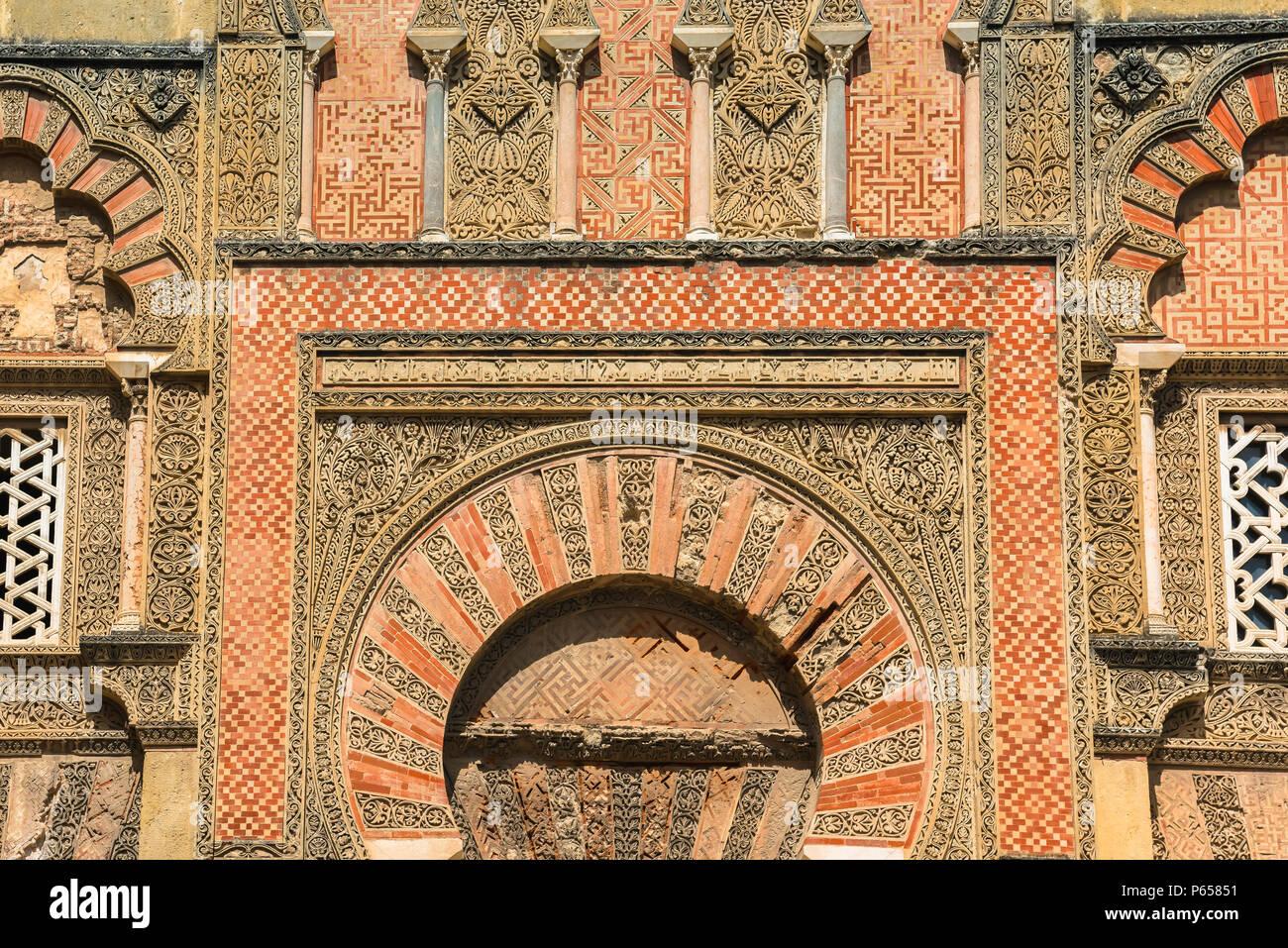 Spagna architettura moresca, dettaglio di un gusto moresco porta impostata entro la parete esterna della Cattedrale Mezquita Moschea-complesso di Cordoba, Spagna Immagini Stock