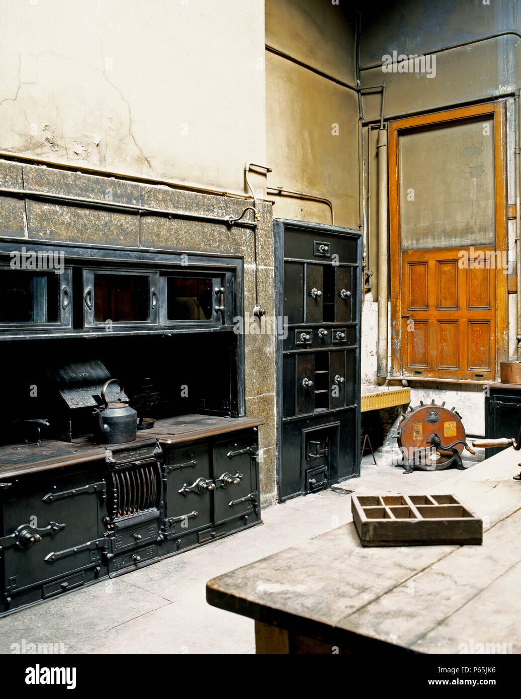 Vecchia cucina in un inglese mansion nel processo di ...