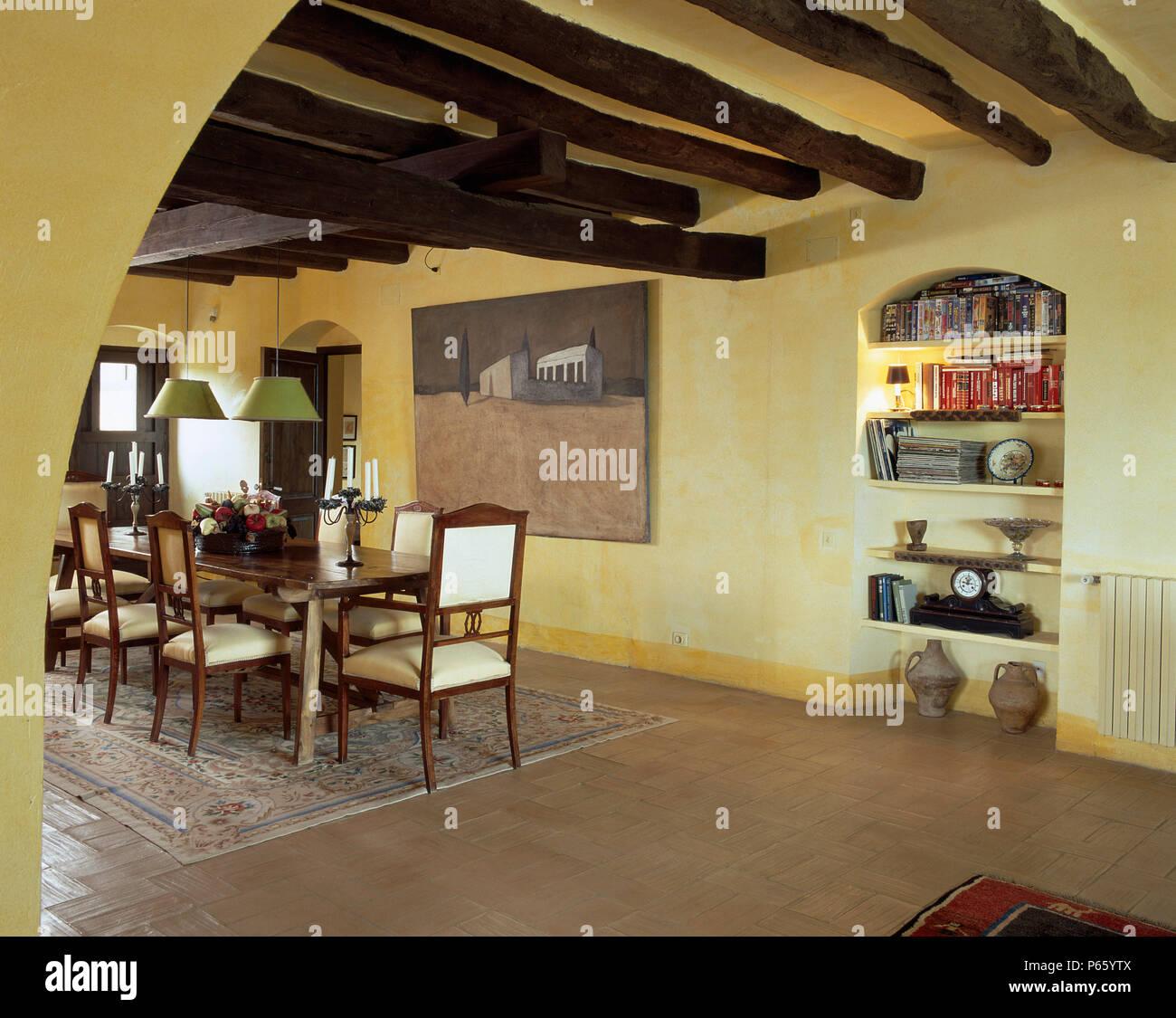 Soffitto Travi A Vista vista di una sala da pranzo con travi di legno sul soffitto