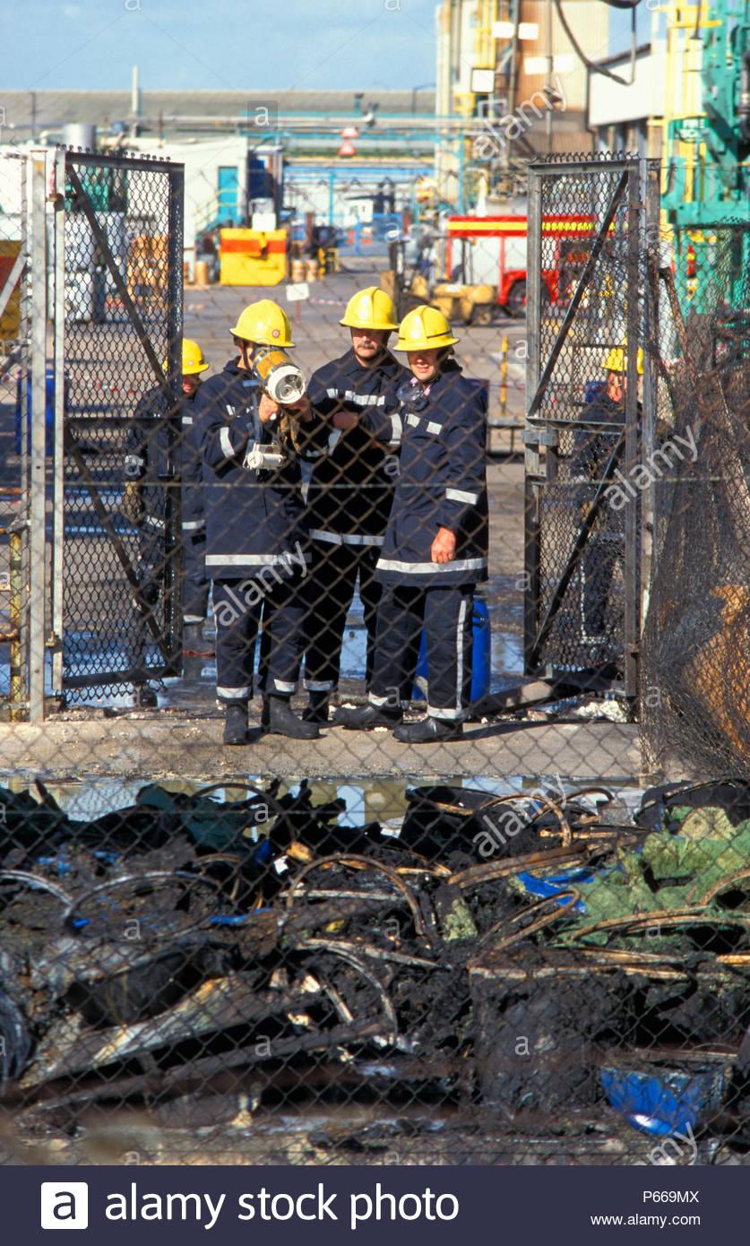 Ufficiali di incendio utilizzare immagine termica fotocamera per controllare i fusti di residui dopo il fuoco a Albright e Wilson fabbrica chimica in Avonmouth, Inghilterra Immagini Stock