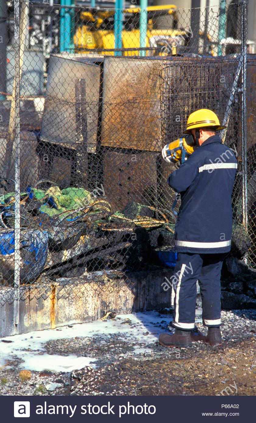 Ufficiali di incendio utilizzare immagine termica fotocamera per controllare i fusti di residui dopo il fuoco a Albright e Wilson fabbrica chimica in Avonmouth Inghilterra Immagini Stock