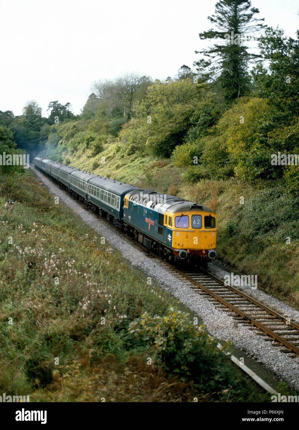 Buckhorn Weston, Dorset. Visto qui è 33027 accelerando fuori Buckhorn Weston Tunnel, Dorest con il 13.45 servizio Da Exeter St Davids a Londra Immagini Stock
