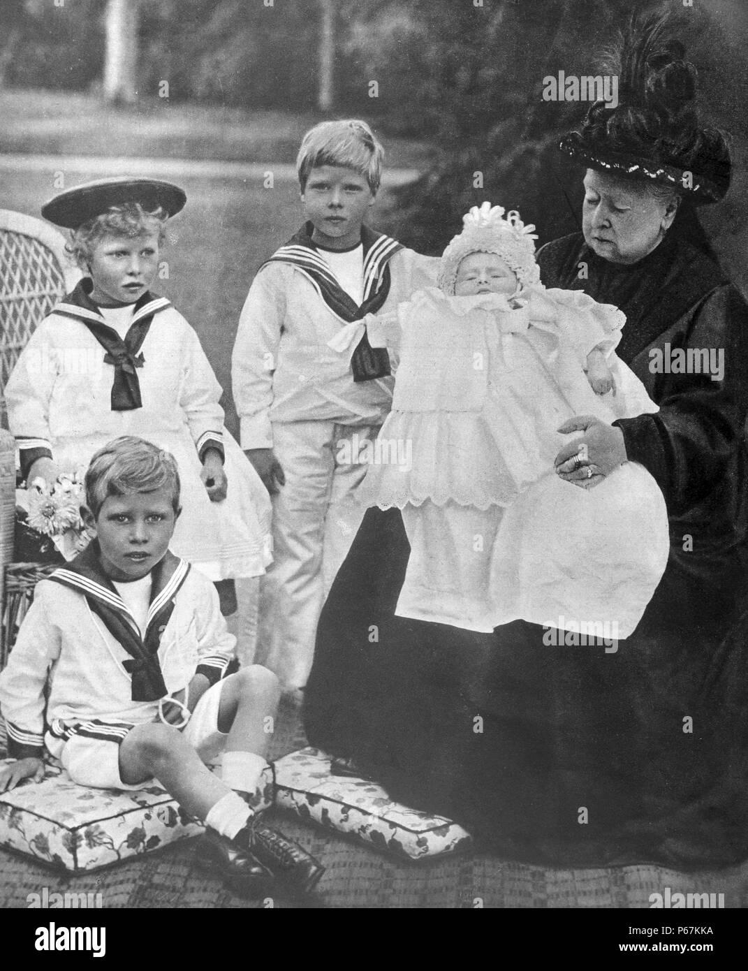 Fotografia della regina Victoria (1819-1901) e il suo grande Grand-Children. Nella foto con lei è il Principe del Galles; la principessa reale il duca di York e il duca di Gloucester. Datata 1898 Immagini Stock