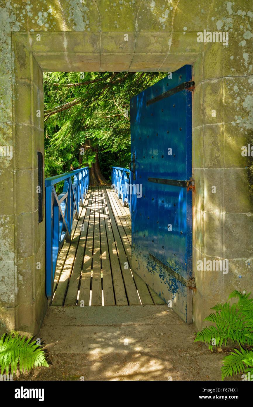 CAWDOR CASTLE Nairn Scozia blu apertura porta sul ponte blu attraverso il fiume che fluisce oltre il castello Immagini Stock