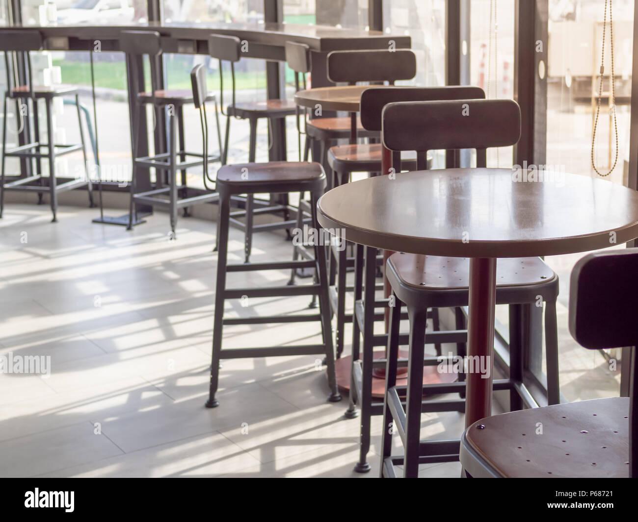 Bar in legno sgabello vicino alla finestra cafe tavolo e sedia