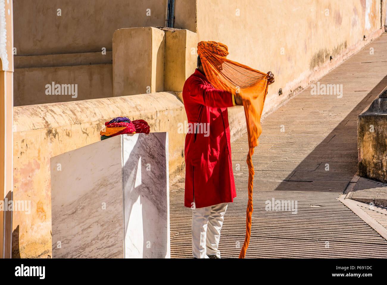 INDIA RAJASTHAN Jaipur. Spiegatura di un turbante di Rajasthani Immagini Stock