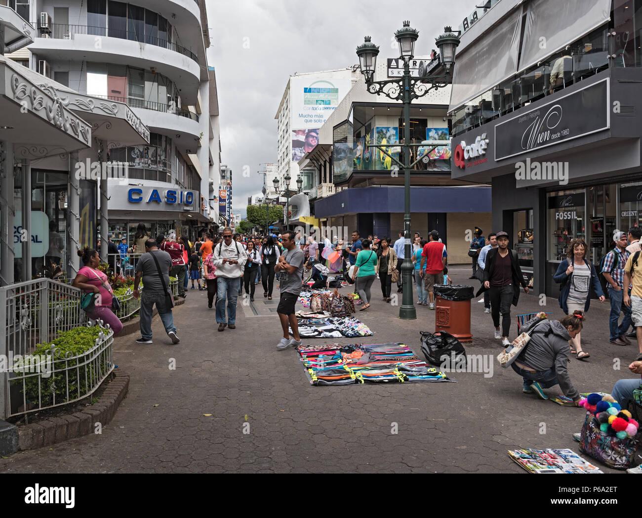 Le persone nella zona pedonale nel centro di San Jose, Costa Rica, Immagini Stock