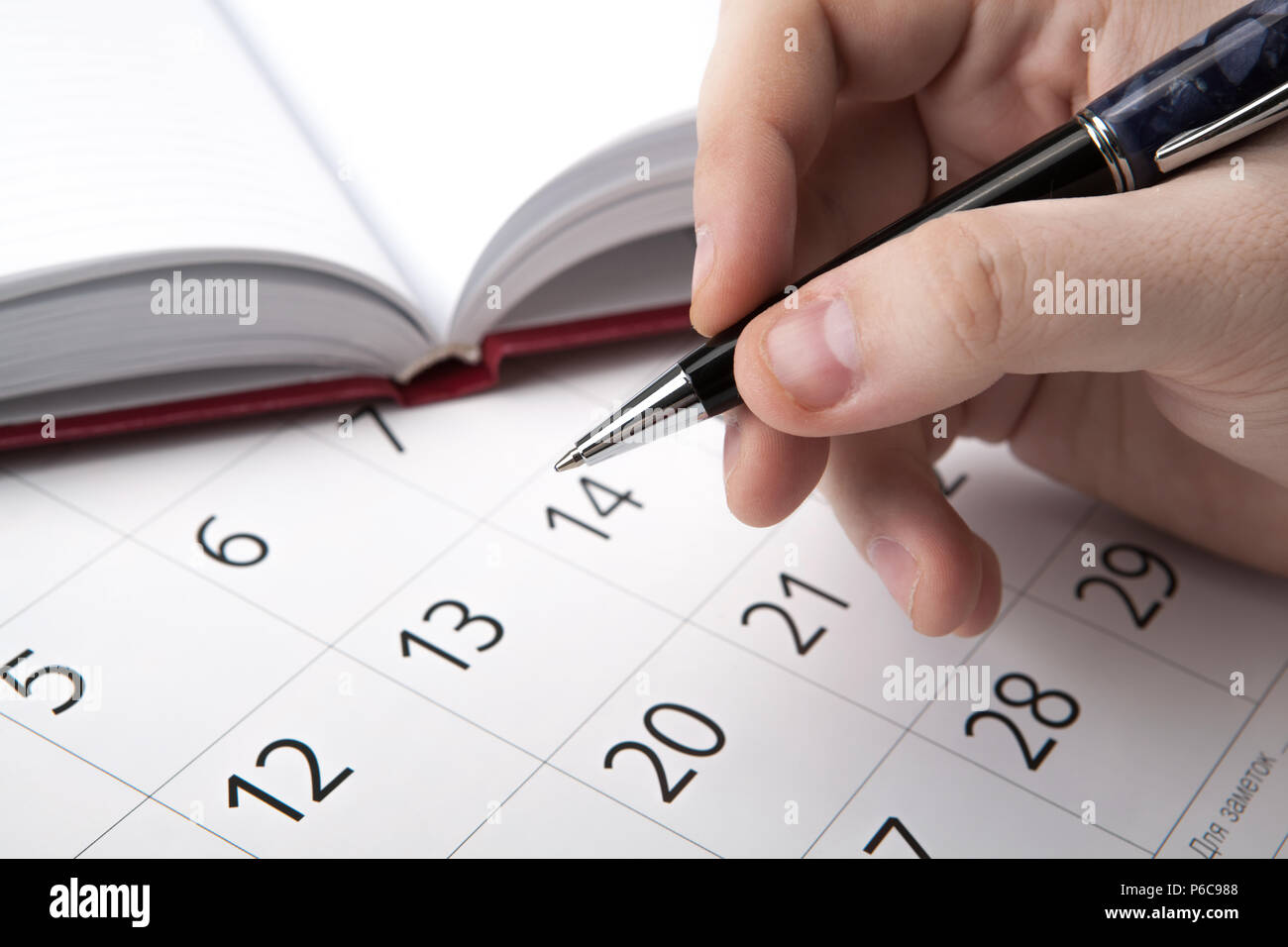 Cerca Calendario.L Uomo E In Cerca Di Informazioni Nella Directory E Il