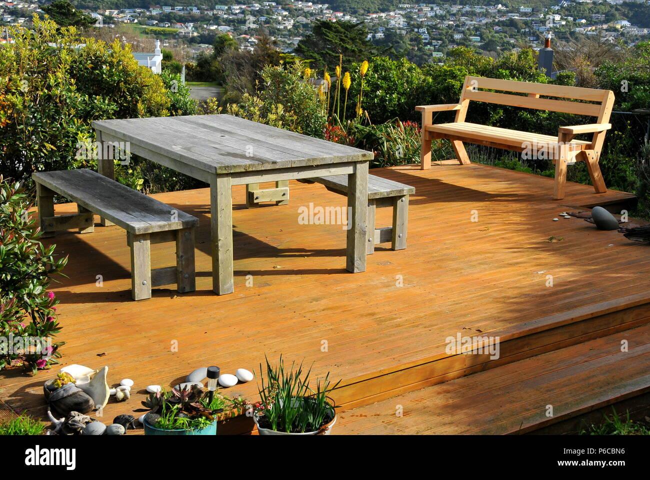 Panche E Tavoli Da Esterno.Macrocarpa Monterey Cypress Mobili Da Esterno Sul Ponte Di Legno