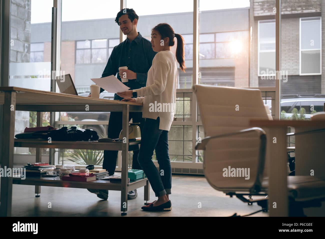 I dirigenti che lavorano in ufficio Foto Stock