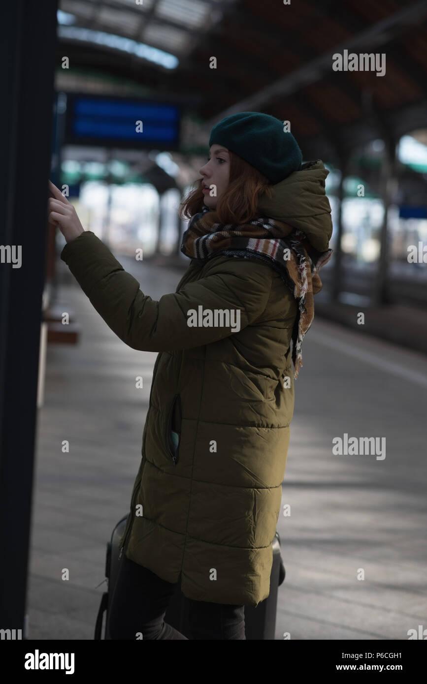 Donna controllo della lista di riserva in piattaforma Foto Stock