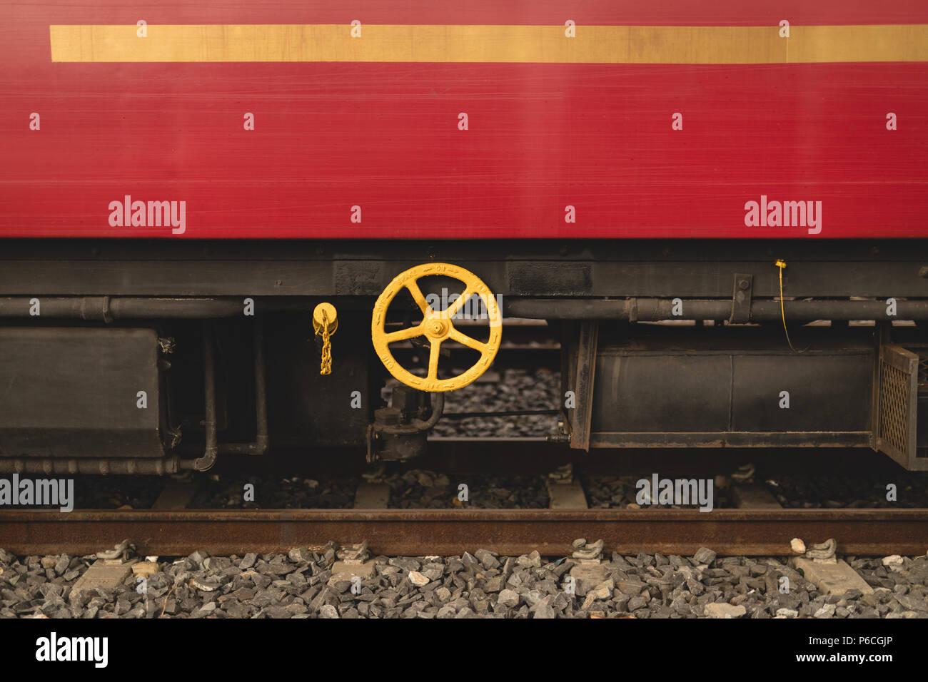 Treno sul binario ferroviario Foto Stock