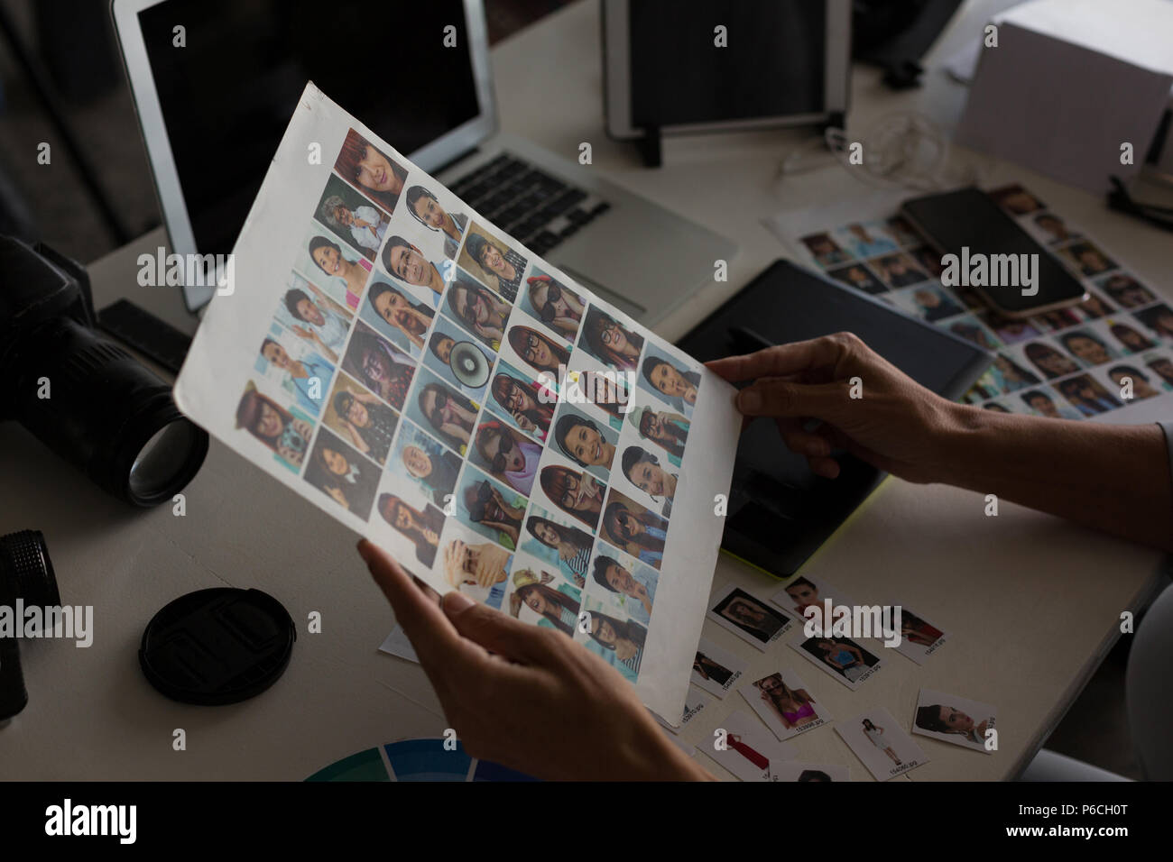 Femmina di graphic designer azienda fotografia Foto Stock