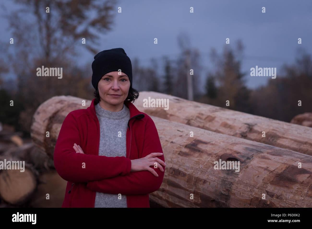 Ritratto di donna in piedi con le braccia incrociate Foto Stock