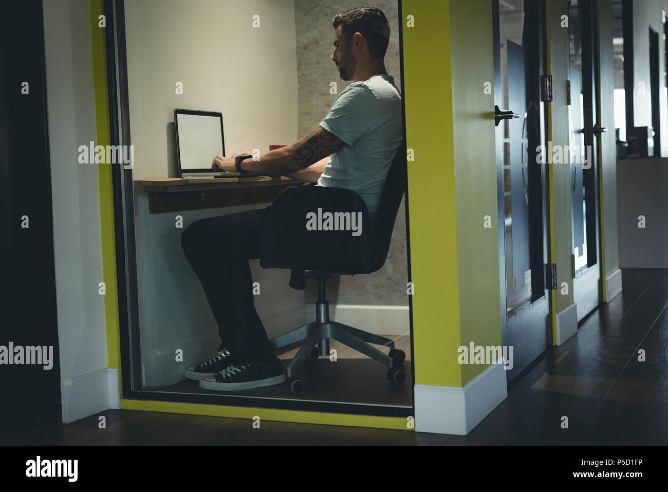 Uomo d affari con computer portatile in cabina Immagini Stock