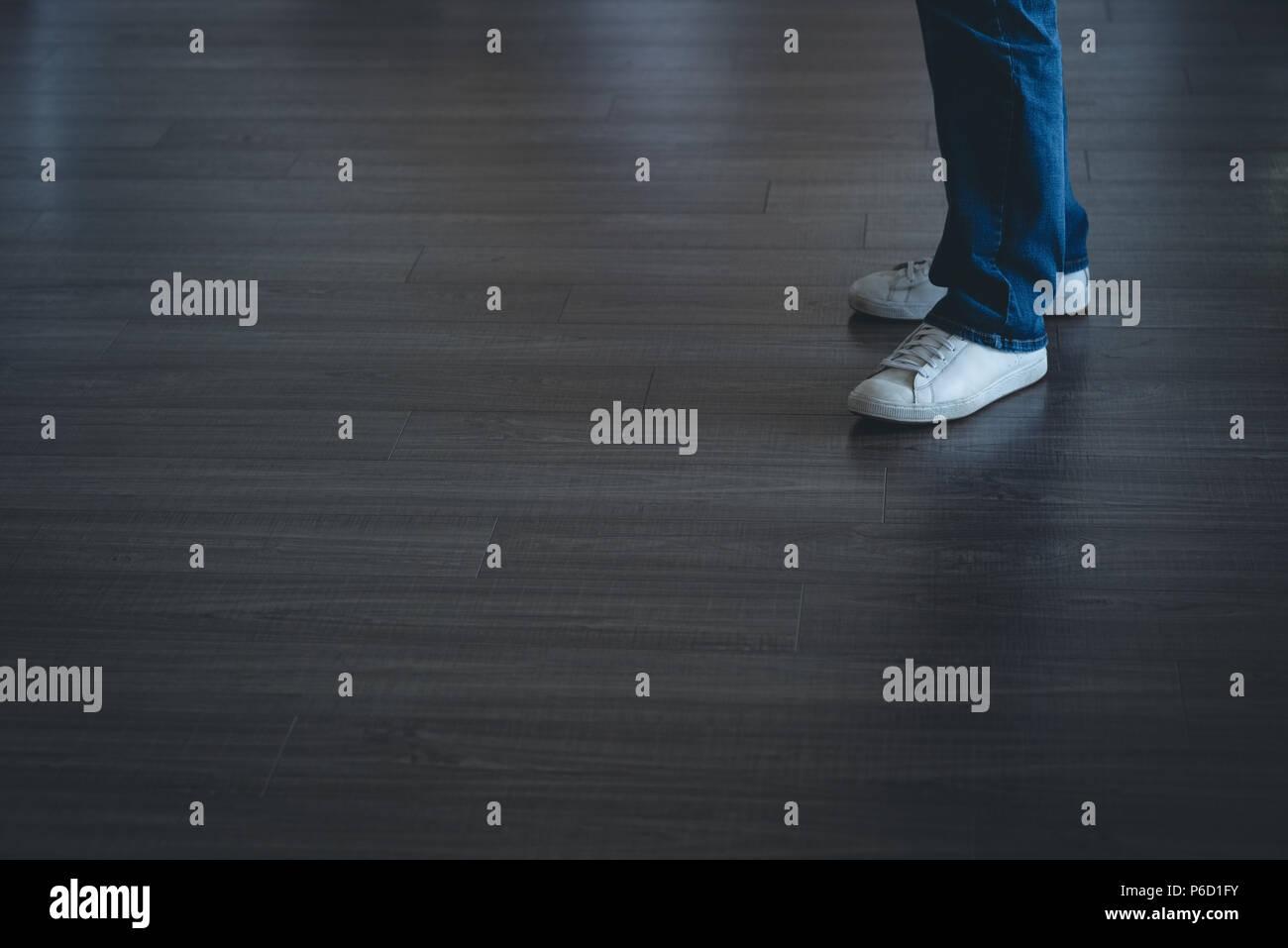 Imprenditore in piedi in ufficio Foto Stock