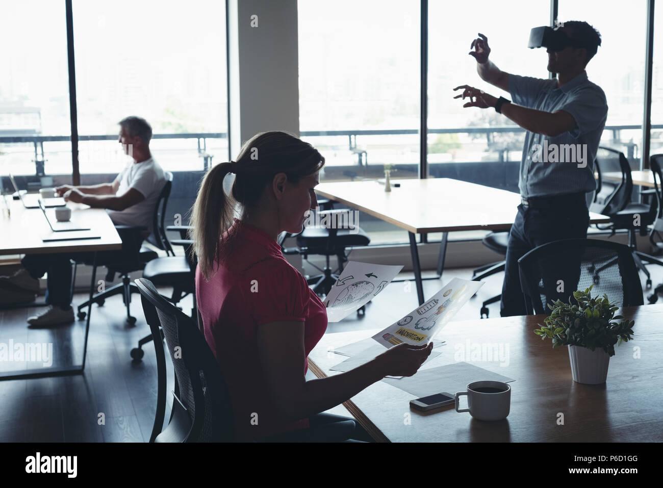 La gente di affari di lavoro e utilizzando la realtà virtuale auricolare Foto Stock