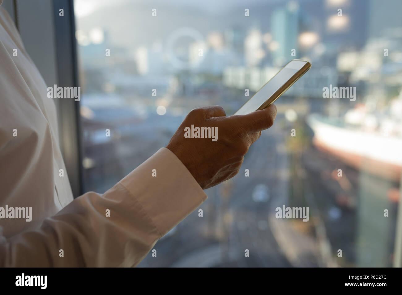 Imprenditore utilizzando smart phone in camera di albergo Immagini Stock