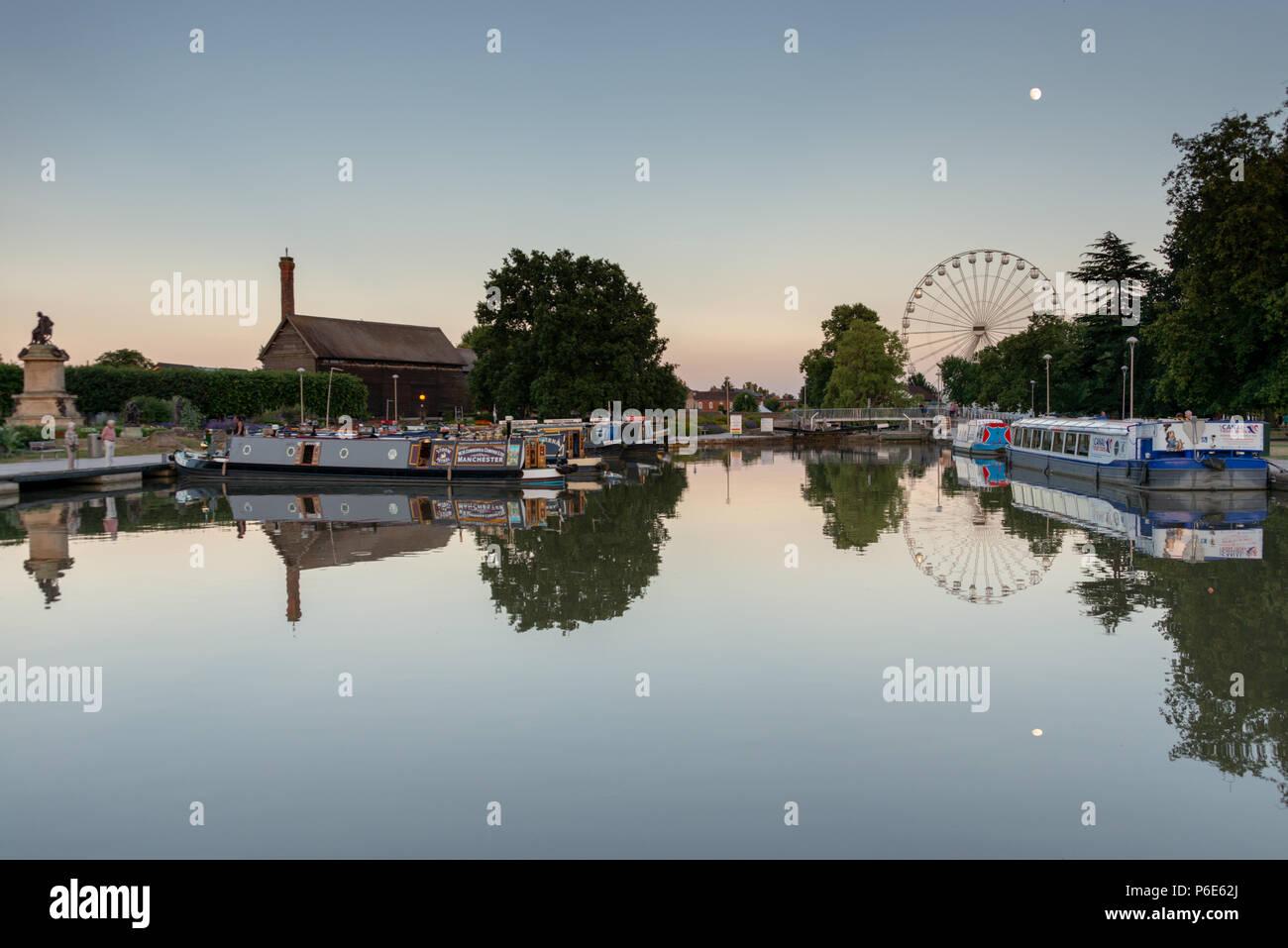 Stratford upon Avon Warwickshire Inghilterra 25 giugno 2018 vista attraverso il bacino del canale con diversi visitando battelli in anticipo del fiume festival Immagini Stock