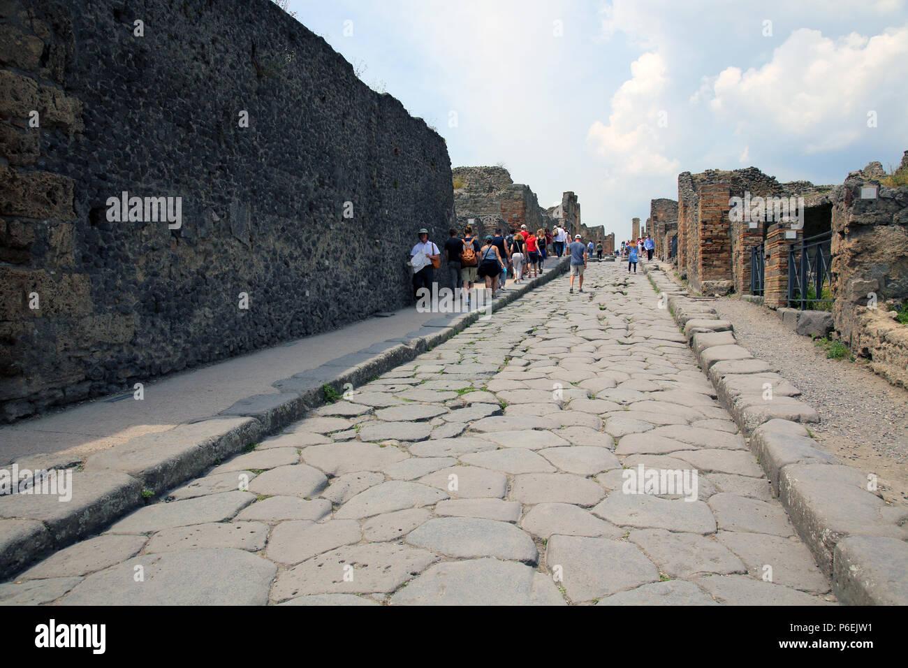 Antica strada romana nel recuperare le rovine di Pompei dopo l eruzione del  Vesuvio nel 79 d.c Foto stock - Alamy