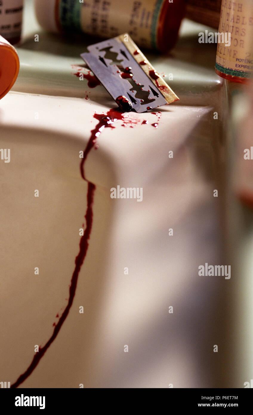 Bagno Di Sangue.Close Up Di Una Lama Di Rasoio Sul Lavandino Del Bagno Di Sangue Di Gocciolamento Dopo Il Tentativo Di Suicidio Foto Stock Alamy