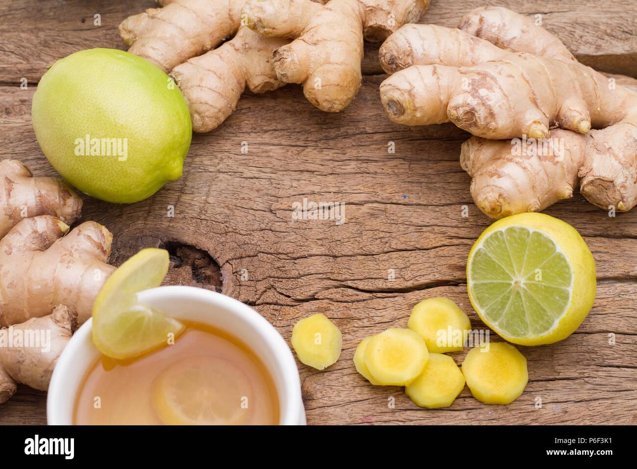 Lo zenzero e il limone sul tavolo visto da sopra Immagini Stock