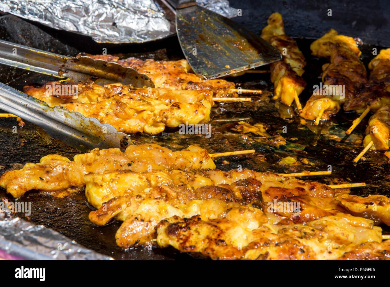 Sticky Asian spiedini di pollo - Food Street Market Reading, Regno Unito - Giugno, 2018 Immagini Stock
