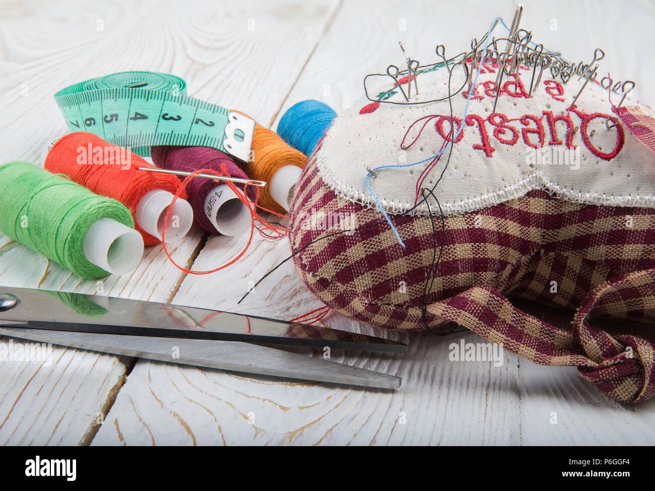 Strumenti per il cucito- thread, forbici, perni Foto Stock