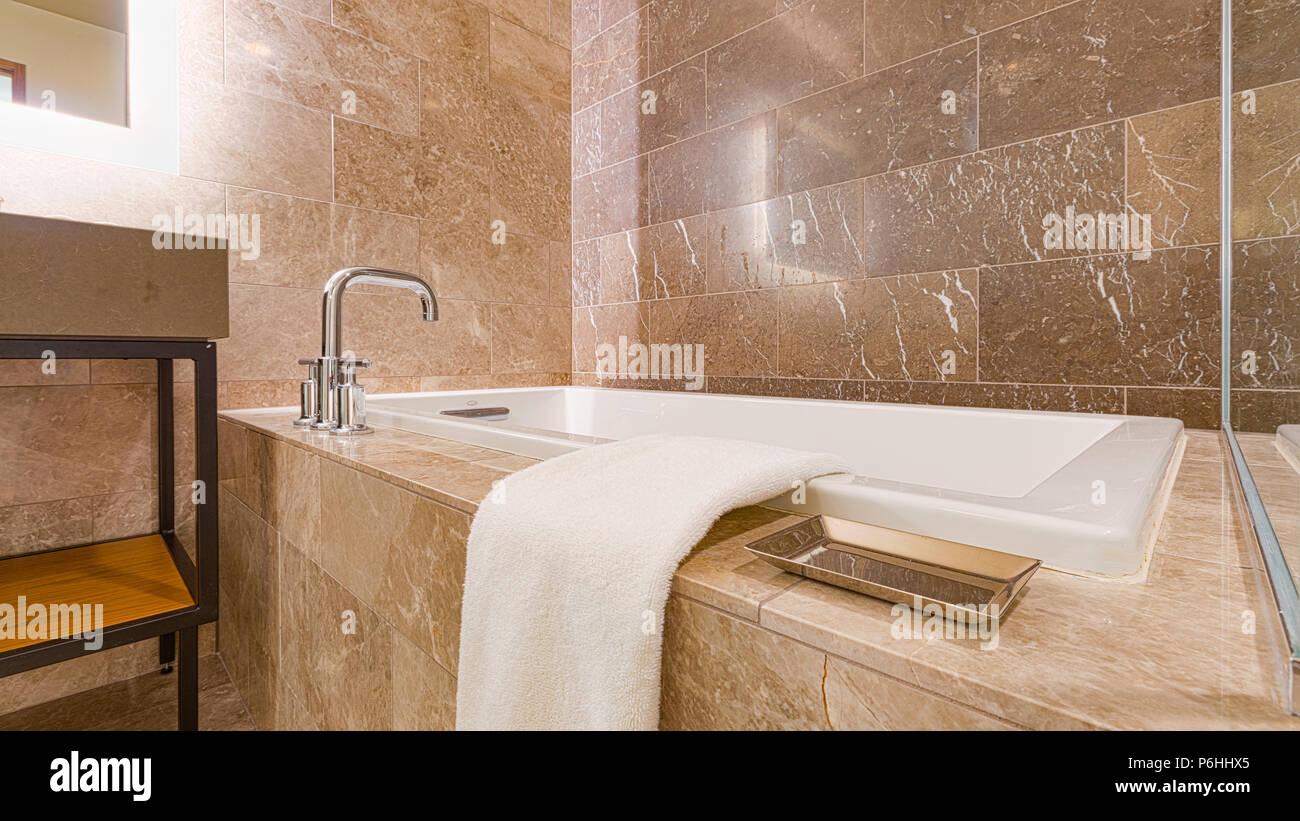 Moderno bagno rivestito di piastrelle di marmo foto & immagine stock